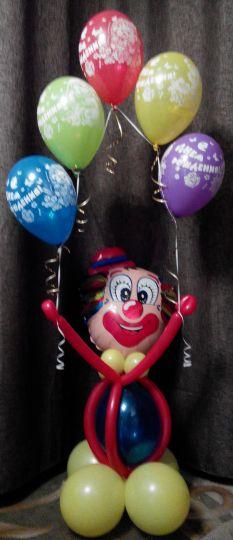 Небольшой клоун с гирляндой